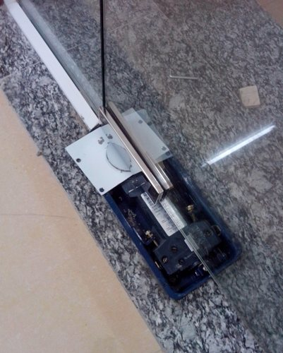 lắp bản lề cửa kính thủy lực